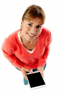 kobieta z tabletem wnioskująca pożyczki online