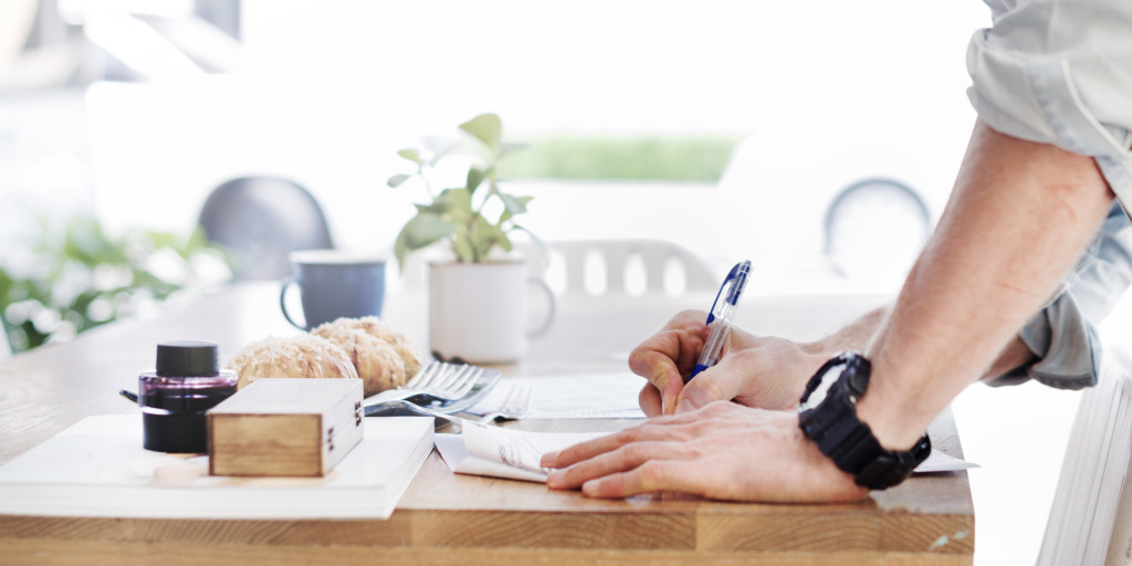 Mężczynza podpisujący formularz o pożyczkę